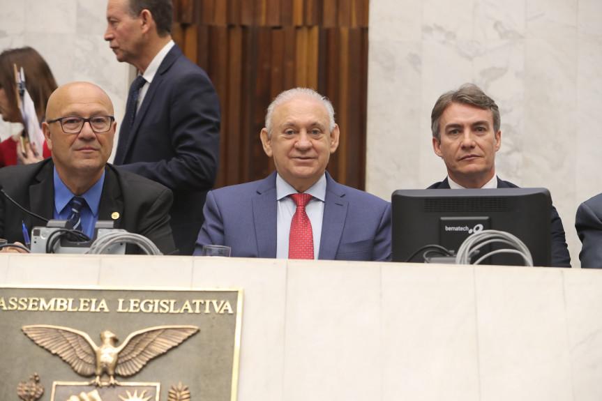 Audiência pública debateu os efeitos da fusão de municípios no Paraná. Parlamentares e representantes dos municípios aprovaram a Carta do Paraná, que reage às propostas federais que preveem extinção de cidades com até cinco mil habitantes.