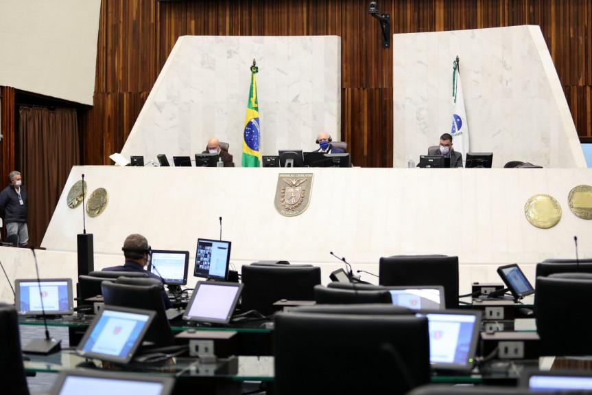 Deputados aprovam parecer da CCJ e Comissão de Segurança Pública ao projeto que institui colégios cívico-militares no Paraná.