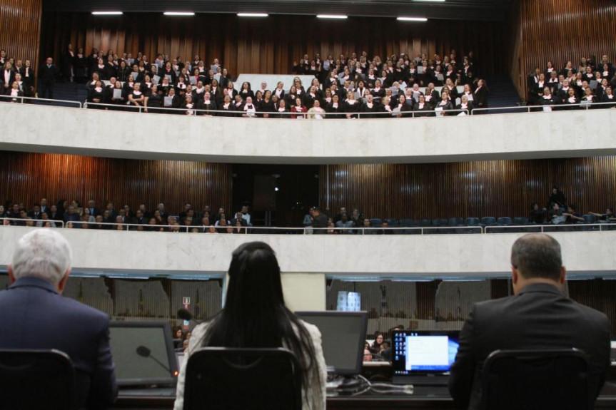 Sessão solene celebrou o Jubileu de Álamo da igreja Assembleia de Deus, fundada na capital paranaense em 1929. O coral da própria igreja apresentou hinos de louvor a Deus.