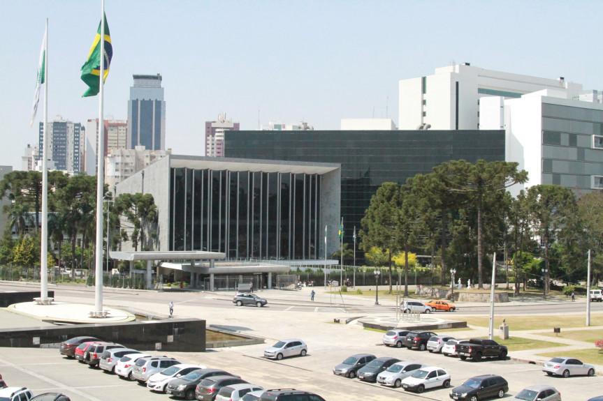 A decisão tem o objetivo de atender as medidas restritivas de combate ao coronavírus (COVID-19) anunciadas pelo Governo do Estado do Paraná.