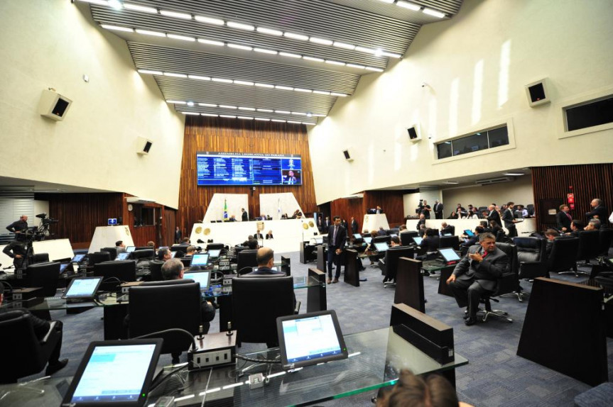 A sessão de hoje foi marcada por debates e uma série de pronunciamentos.