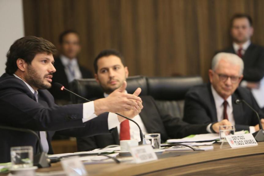 Deputado Tiago Amaral (PSB), vice-líder do Governo, apresenta parecer sobre o projeto de lei que trata da licença especial de servidores do Executivo na reunião da CCJ
