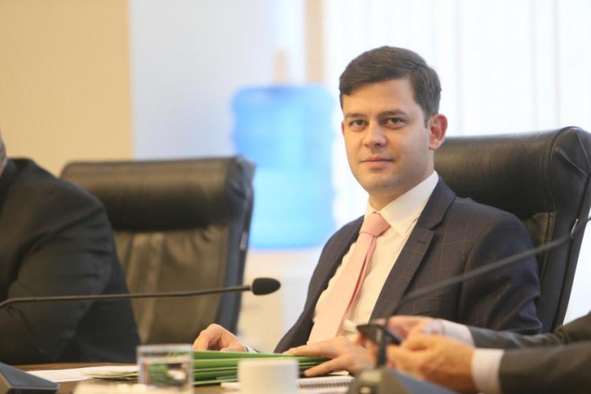 Deputado Tião Medeiros (PTB) relator do projeto de lei que obriga fornecedor informar sobre a presença de insumos de origem suína na composição dos produtos.