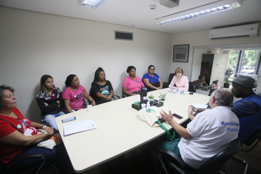 Luciana Rafagnin (PT), recebeu representantes de associações de Curitiba para discutir projeto que proíbe a incineração de lixo.
