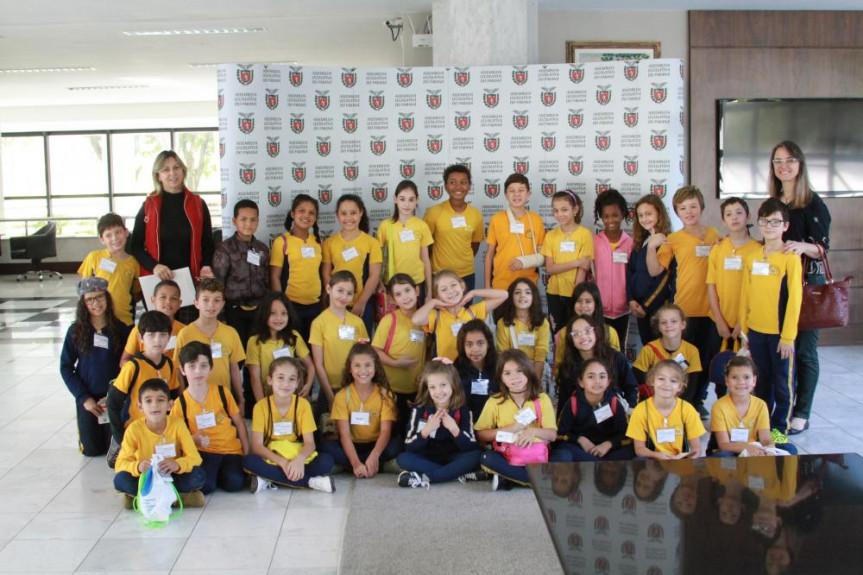 Alunos de todas as idades visitam a Assembleia. Essa turma animada foi da Escola Municipal CEI Érico Veríssimo, de Curitiba.