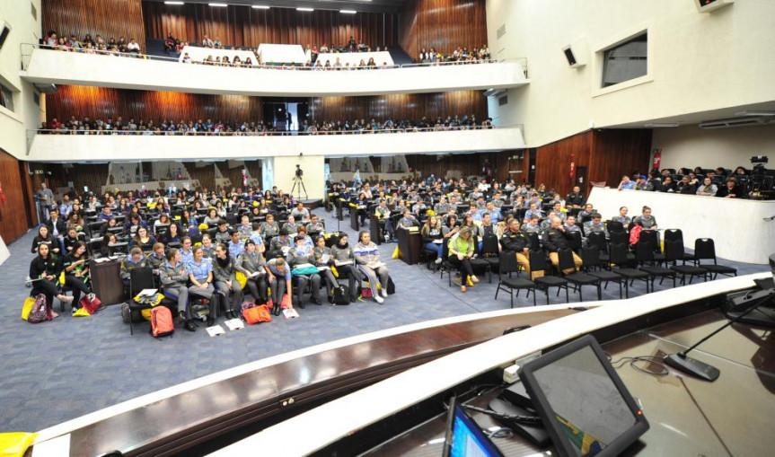 Plenário da Assembleia Legislativa do Paraná recebeu mais de 700 estudantes que tiveram aulas e dicas para as provas do Enem que acontecem em novembro.