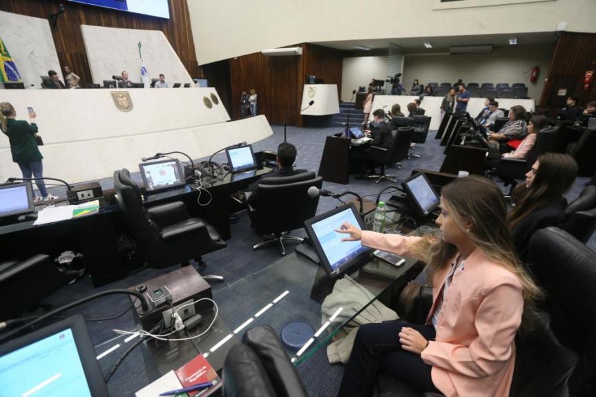 Deputados universitários começam a votar os projetos apresentados no Parlamento Universitário.