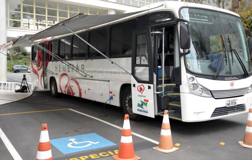 Ônibus do Hemepar estacionado no pátio da Assembleia Legislativa do Paraná nesta terça-feira (10).