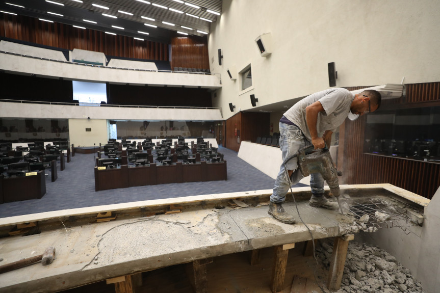 Assembleia realiza obras para melhor o sistema de som do plenário.