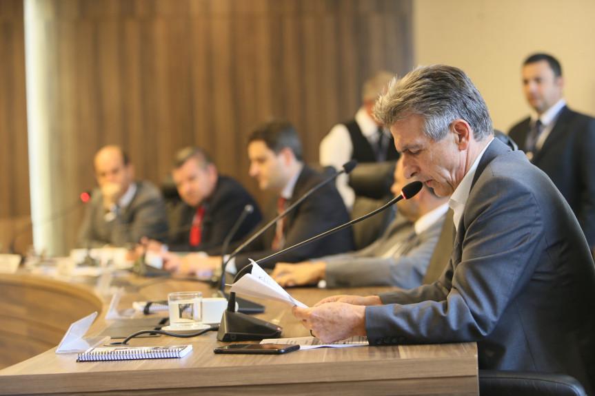 Reunião da Comissão de Constituição e Justiça da Alep desta terça-feira (12) aprovou parecer ao projeto do Executivo que pede autorização para contratar empréstimo financeiro.