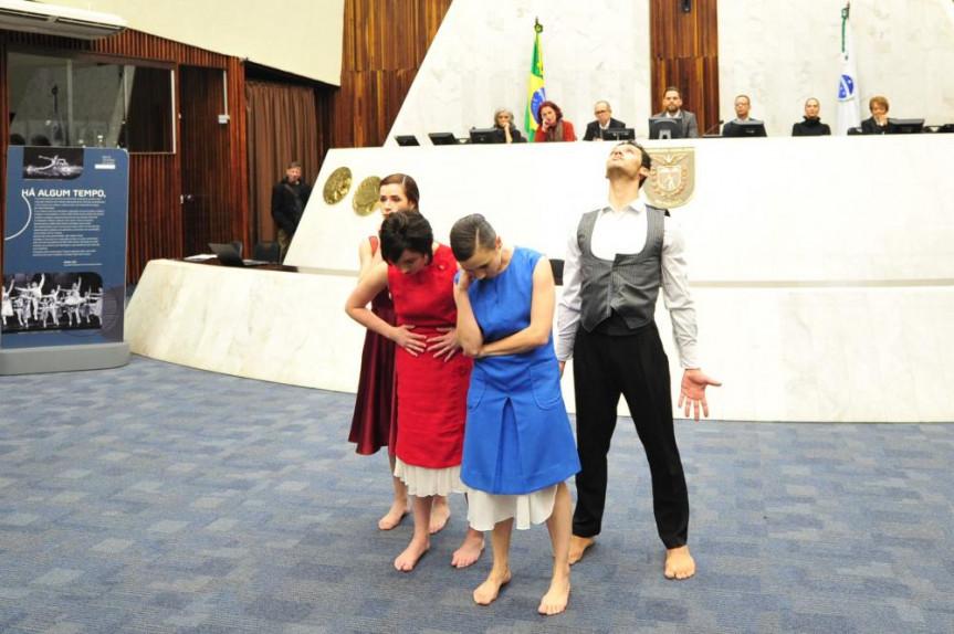 Cerimônia na Assembleia Legislativa marcou os 50 anos do Balé Teatro Guaíra. Quatro bailarinos da Companhia apresentaram o ato 'Palíndromo', criado especialmente para a ocasião.