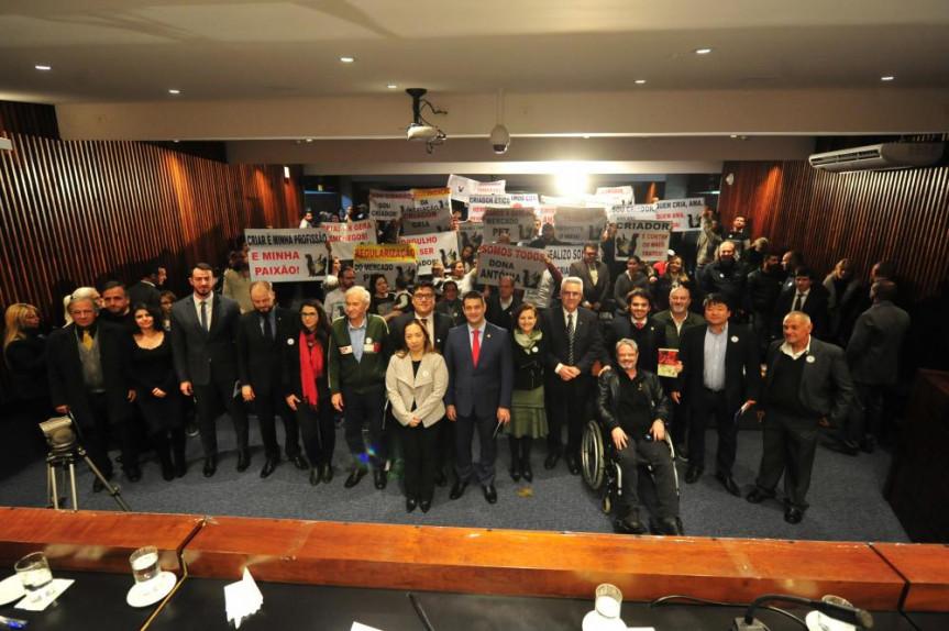 Debate sobre a comercialização de animais domésticos no Paraná lotou o plenarinho da Assembleia Legislativa.