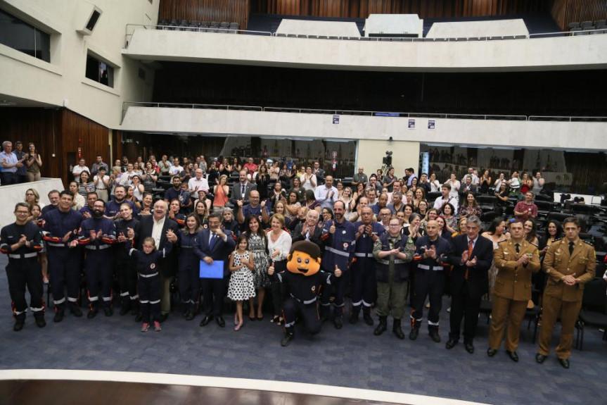 A sessão solene em homenagem aos 15 anos do SAMU, por proposição do deputado Michele Caputo (PSDB),contou a presença do prefeito Rafael Greca.