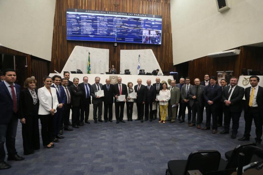 Durante a sessão foi destacado o papel pioneiro do Hospital dos Olhos do Paraná, com a entrega de menções honrosas aos seus fundadores.