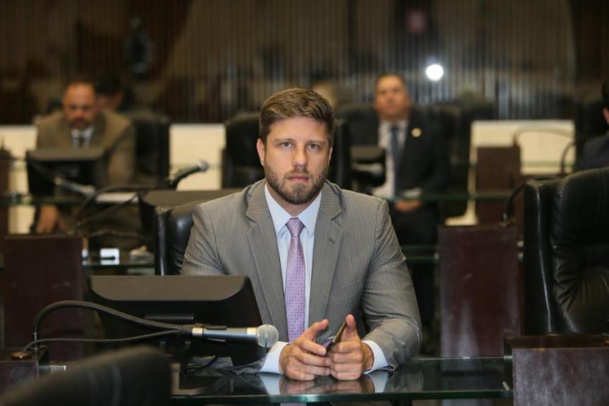 Deputado Requião Filho (MDB) cobra a divulgação dos salários dos servidores das estatais paranaenses.