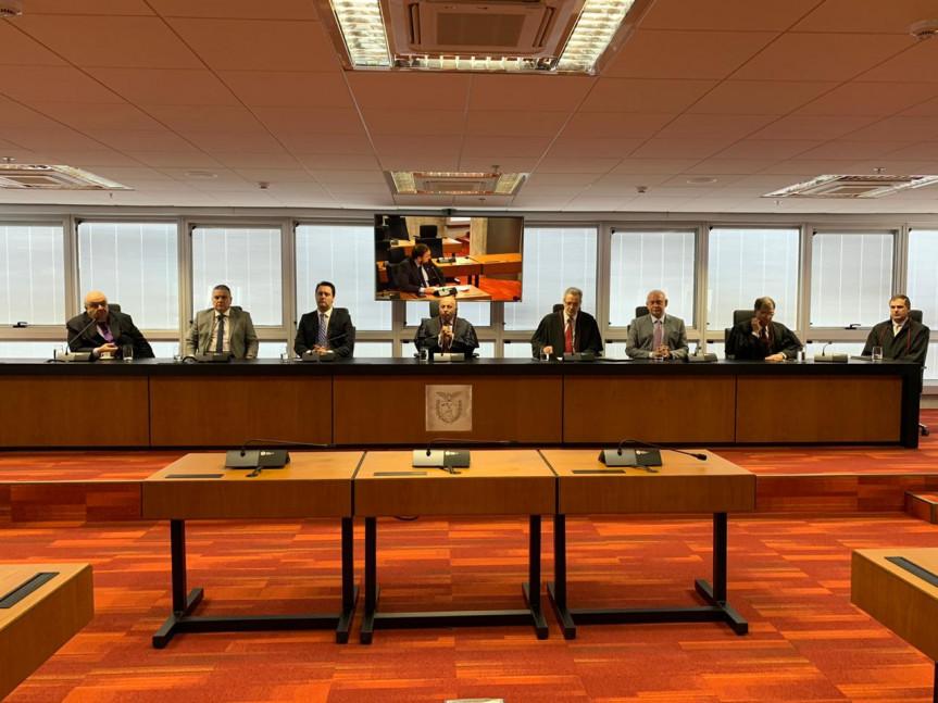 A posse do procurador-geral de Justiça, Gilberto Giacoia, aconteceu nesta quarta-feira (08) com a presença do governador Ratinho Junior e do presidente da Assembleia, deputado Ademar Traiano.