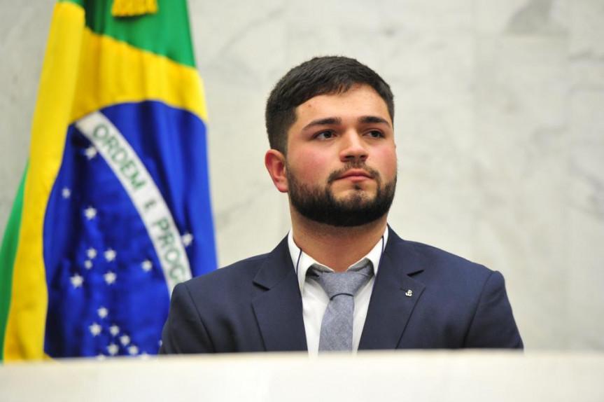 Matheus Falasco foi eleito governador universitário e prometeu diálogo e união com o Poder Legislativo durante a posse.