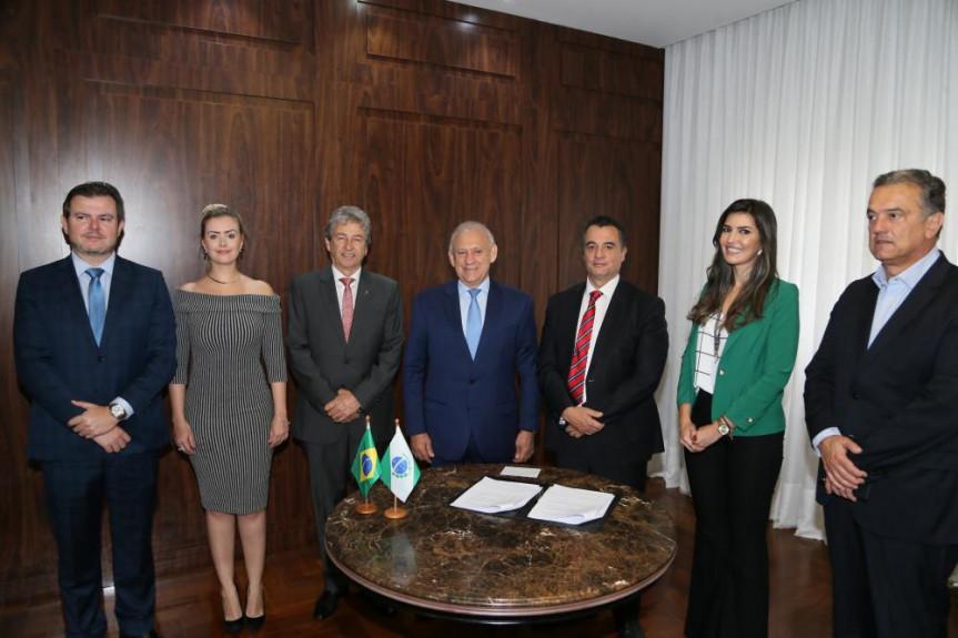 Um termo de cooperação com o Tribunal de Justiça do Paraná foi assinado hoje na Assembleia.