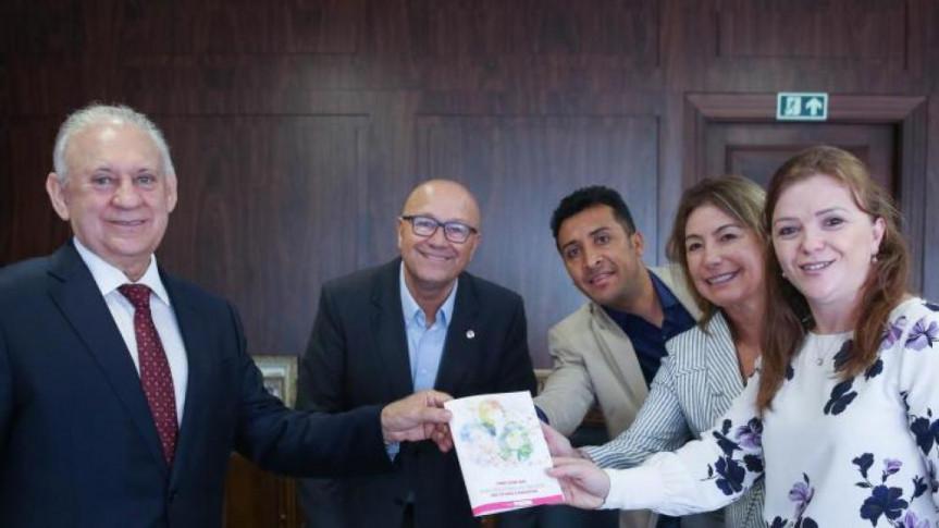 A deputada Leandre Dal Ponte (PV), acompanhada pelo deputado Soldado Adriano José e a vereadora Maria Letícia Fagundes, ambos do PV, quando apresentou à Mesa Executiva proposta de criação da Procuradoria da Mulher