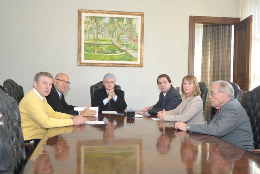 Da esquerda para a direita, deputados Elio Rusch (DEM), Luiz Cláudio Romanelli (PMDB), Rossoni (PSDB), Wilson Quinteiro (PSB), deputada Rose Litro (PSDB) e deputado Duílio Genari (PP).