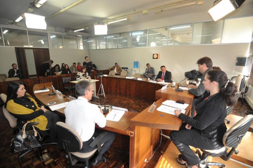 Visão geral da primeira reunião da CPI dos Condomínios nesta terça-feira (29) na Sala das Comissões da Alep.