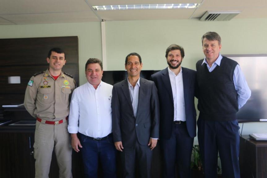 Deputado Tiago Amaral (PSB) com o prefeito de Arapongas, Sérgio Onofre, em reunião com o secretário de Segurança, Coronel Rômulo Marinho Soares, sobre a instalação da Delegacia da Mulher.
