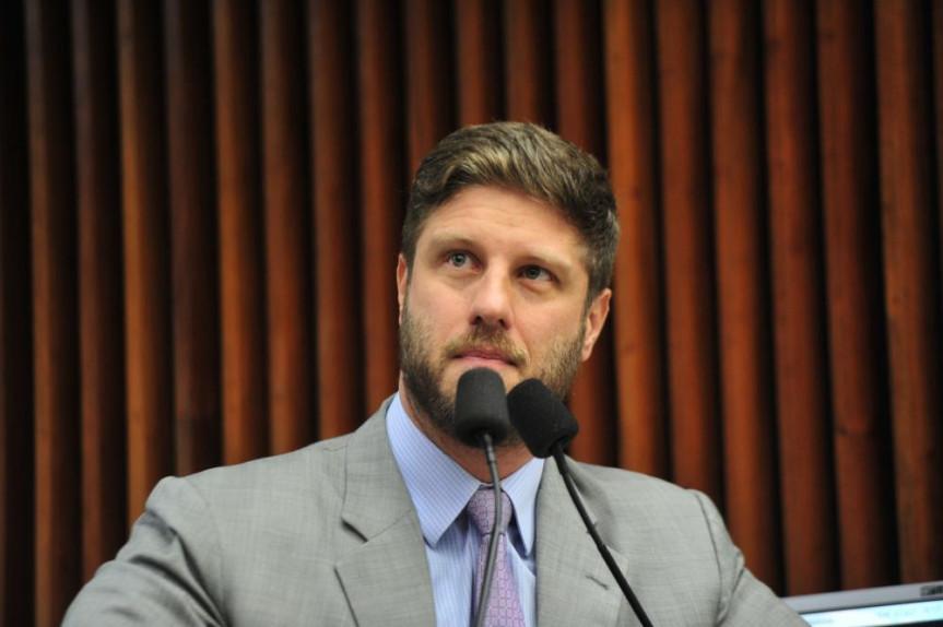 Outubro Rosa: Deputado Requião usa a música para chamar a atenção para a campanha.