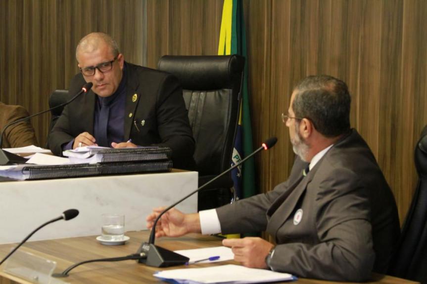 Deputado Soldado Fruet, presidente da CPI que apura irregularidades no contrato de gestão de frota do Executivo, questiona Francisco César Farah, ex-diretor-geral SEAP.