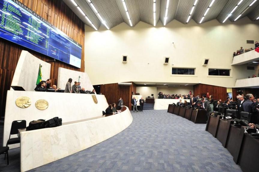 Deputados aprovam projeto da Mesa Executiva que congela salário do governador, vice-governador e secretários até 2022 na sessão desta quarta-feira (10).