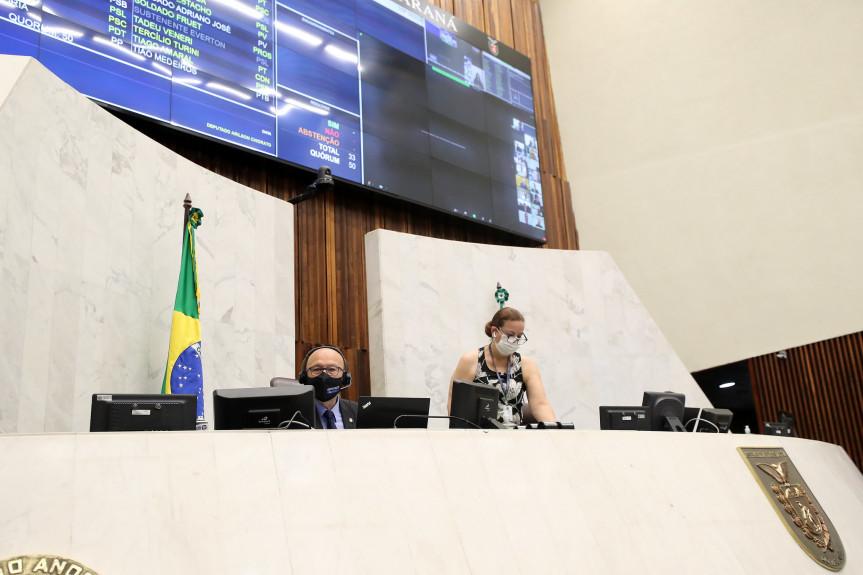 Projeto que extingue a Imprensa Oficial recebeu parecer favorável na CCJ, mas pedido de vista adiou a votação durante a sessão plenária da Assembleia Legislativa do Paraná.