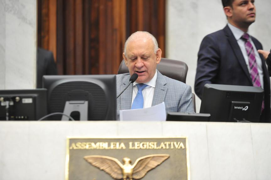 Presidente da Assembleia, deputado Ademar Traiano, durante a condução da sessão plenária desta segunda-feira (16).