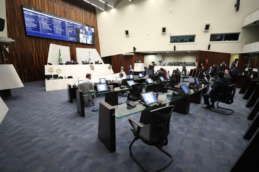 Cinco projetos integravam a pauta de votação da sessão plenária desta segunda-feira (08).