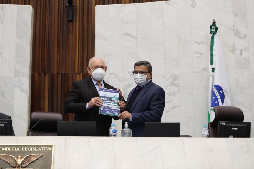Deputado Michele Caputo (PSDB), coordenador da Frente Parlamentar do Coronavírus na Assembleia Legislativa do Paraná, entrega relatório dos trabalhos ao presidente da Assembleia, deputado Ademar Traiano.