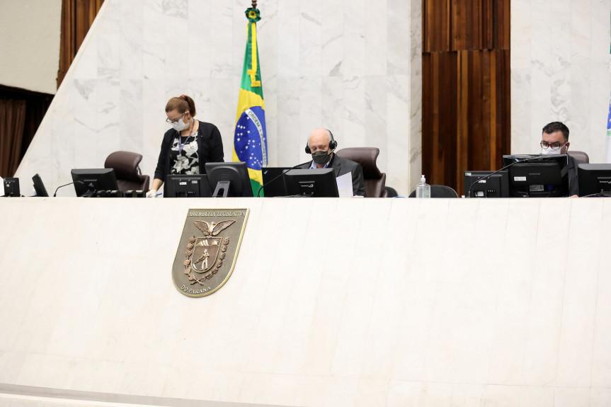 Deputados aprovam a redação final do projeto que permite a criação de até 200 colégios cívico-militares no Paraná.