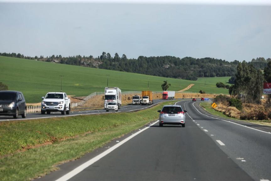 Proposta que prevê a delegação de rodovias estaduais paranaenses para a nova concessão rodoviária federal avança na Assembleia Legislativa do Paraná.
