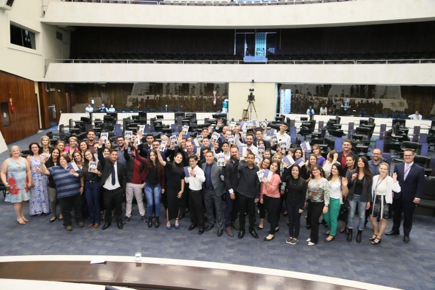 Caravana da Cidadania, mais uma etapa do projeto Geração Atitude, chega a Curitiba. Estudantes fazem a defesa dos projetos apresentados no plenário da Assembleia Legislativa do Paraná.