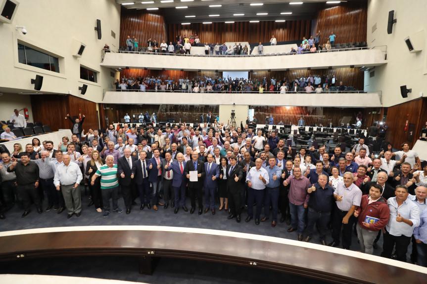 Audiência pública debateu os efeitos da fusão de municípios no Paraná. Parlamentares e representantes dos municípios aprovaram a Carta do Paraná, que reage às propostas federais que preveem extinção de cidades com até cinco mil habitantes