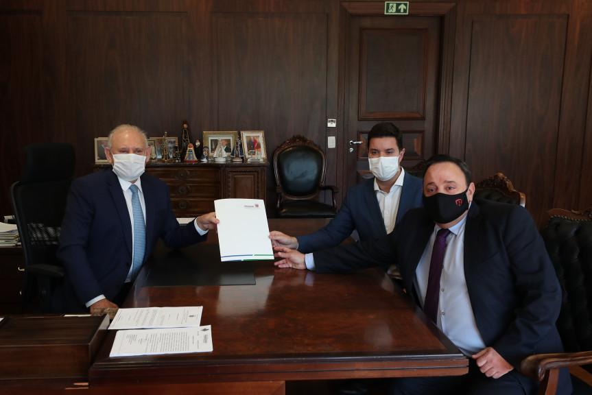 Chefe da Casa Civil, Guto Silva, entrega ao presidente da Assembleia Legislativa, deputado Ademar Traiano, proposta que garante recursos para a compra de vacina contra a Covid-19.