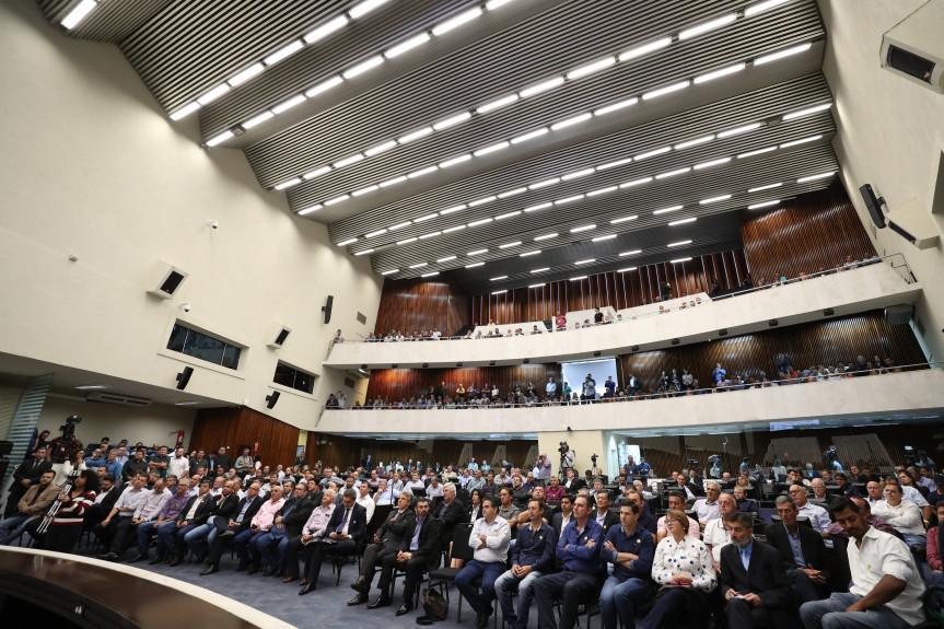 Audiência pública reuniu deputados, prefeitos e vereadores que reagiram contrários às propostas que tramitam no Senado Federal e que prevê a extinção de municípios com até 5 mil habitantes.