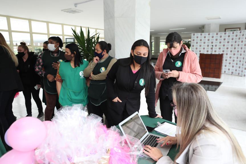 Ação Eu me Cuido mobilizou servidoras terceirizadas da Assembleia Legislativa na campanha do Outubro Rosa.