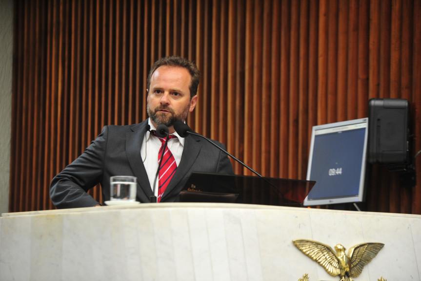 A convite dos deputados Requião Filho (MDB) e Tadeu Veneri (PT), o presidente do Sindipetro, Roni Anderson Barbosa, falou sobre os impactos da privatização da Petrobras no Paraná.
