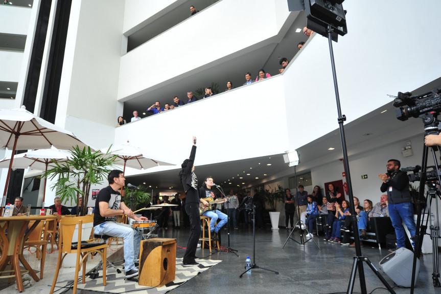 A vocalista Sibele Kispergher, acompanhada do baterista Pato Romero e do guitarrista Beto Rodriguez, do Blindagem, mostrou repertório só com clássicos em mais uma edição do Comunicação & Arte na Assembleia.