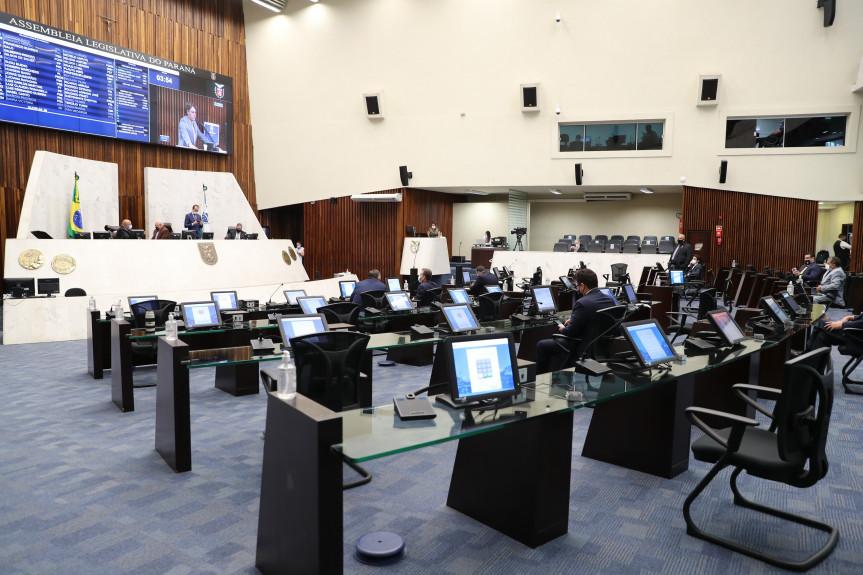 No feriado de Carnaval, muitos deputados acompanharam a sessão no plenário da Assembleia.
