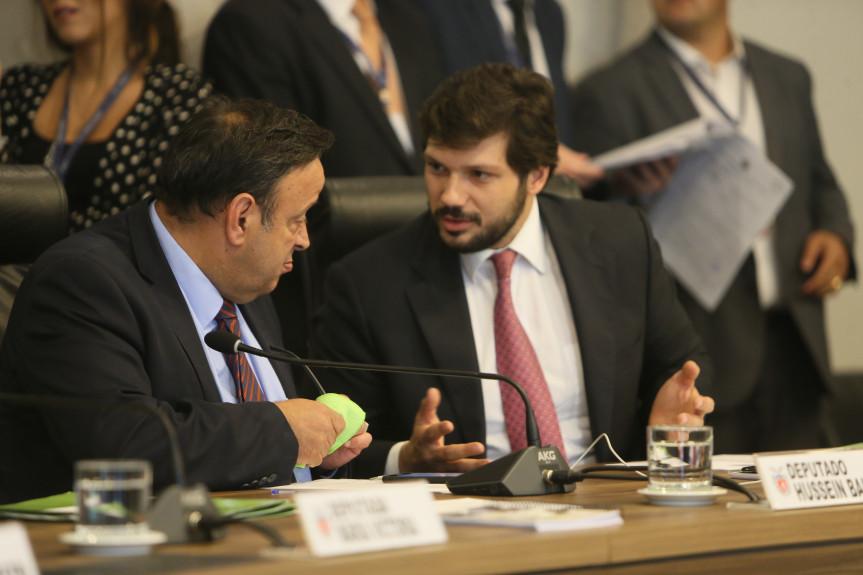 Deputados Hussein Bakri e Tiago Amaral, líder e vice-líder do Governo, defendem na CCJ a aprovação do PL que prorroga o mandato dos diretores dos colégios estaduais.