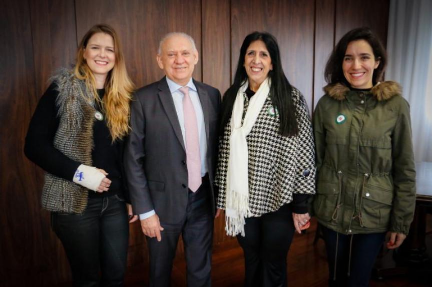 O presidente da Assembleia, deputado Ademar Traiano com as representantes do Conselho de Arquitetura e Urbanismo, Rafaela Weigert, Margareth Menezes e Beatriz Empinotti.