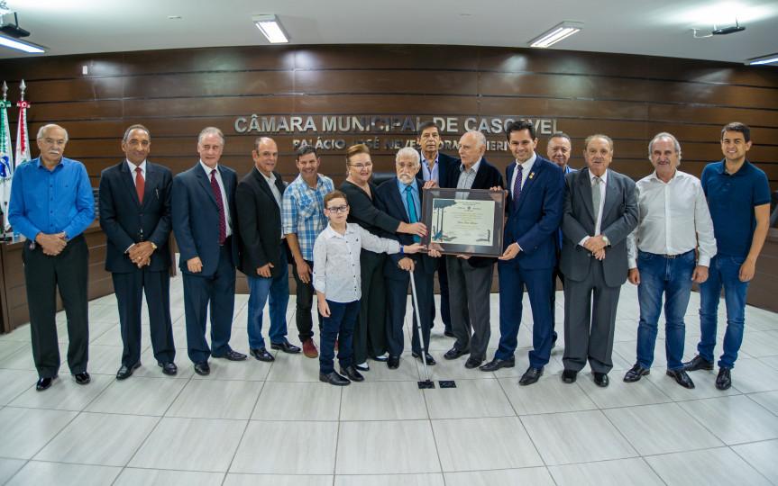 Jornalista e escritor JJ Duran recebeu a homenagem, proposta pelo deputado Marcio Pacheco (PDT), durante solenidade na Câmara Municipal de Cascavel.