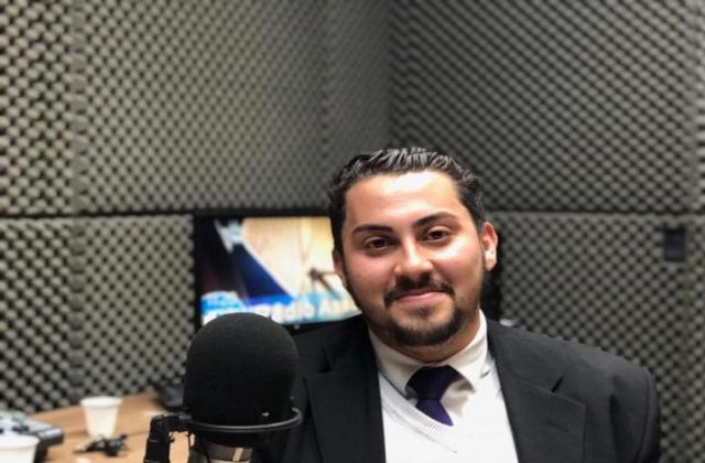 Deputado-universitário concedendo entrevista. / Foto: Odilon Araújo