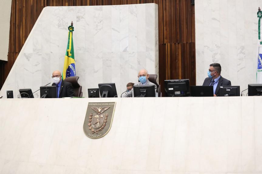 Sessão plenária desta segunda-feira (22).