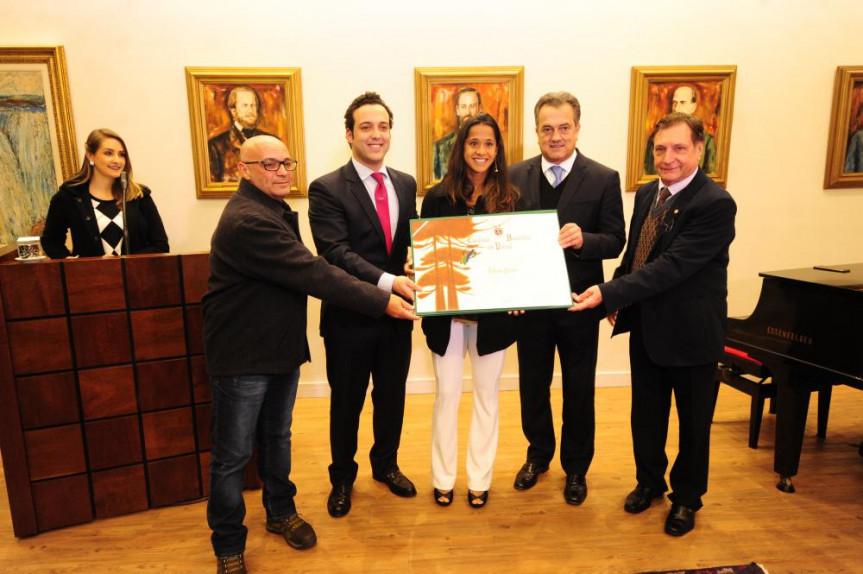 Outorga do título de Cidadã Honorária do Paraná à tenista Teliana Pereira por iniciativa do deputado Bernardo Ribas Carli (PSDB).