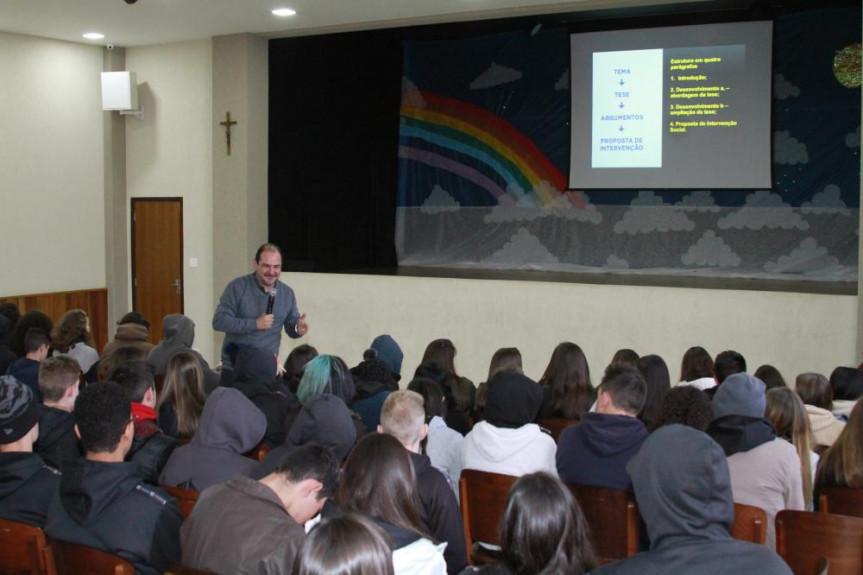 Assembleia no Enem: Aula sobre a redação perfeita foi realizada para alunos da cidade de Campo Largo.